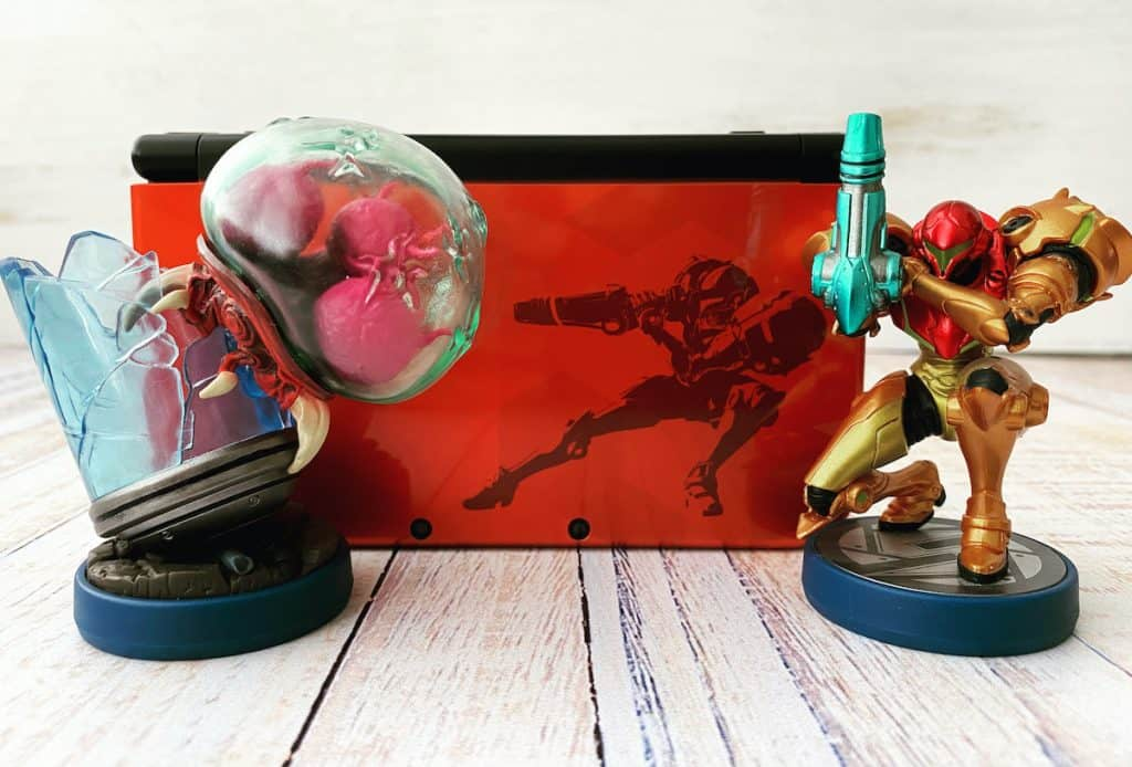Samus 3DS XL with Metroid and Samus amiibo